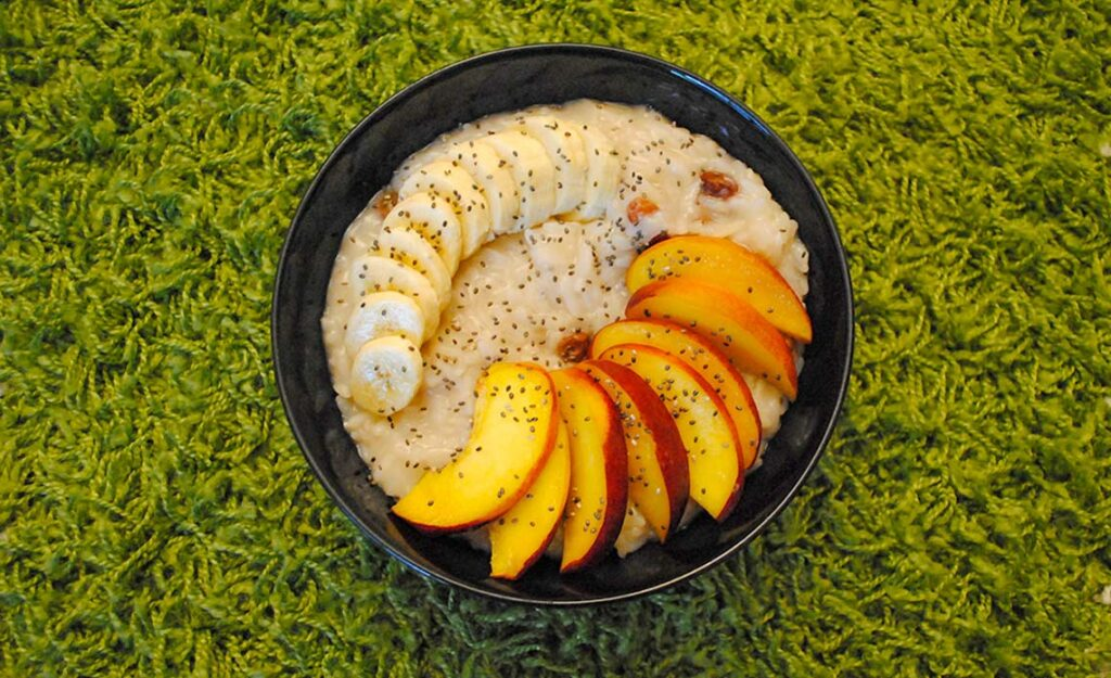 veganski mlečni riž z rozinami in sadjem