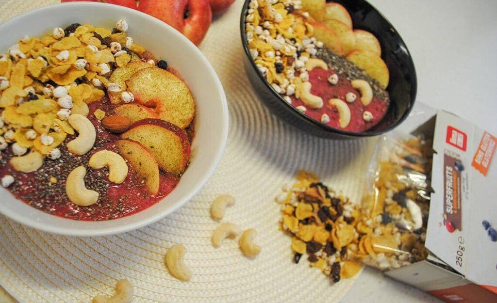 Sadna bovla z nektarinami, indijskimi oreščki in super kosmiči